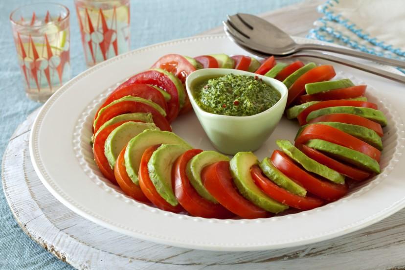 トマトとアボカドのサラダ、マカダミアとパクチーのドレッシング