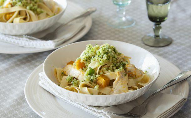 カボチャと鶏肉のフィットチーネ〜マカダミアとパルメザンのグレモラータ添え