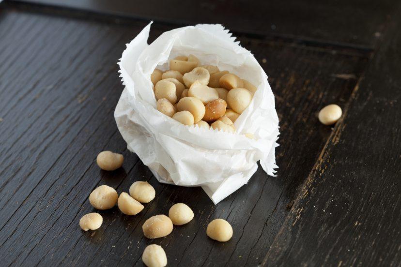 紙袋入りマカダミアナッツ