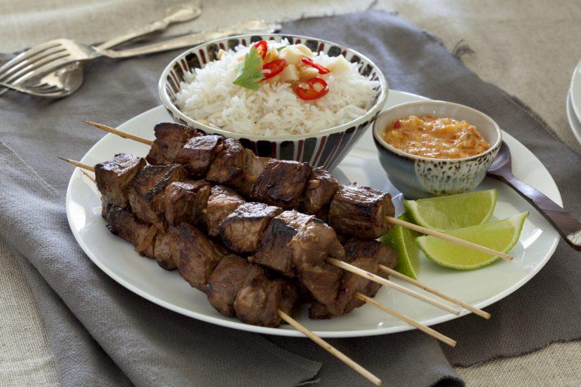 牛肉の串焼きとマカダミアのピリ辛ソース
