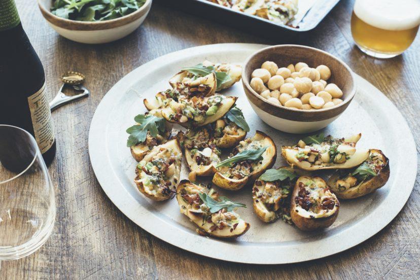 カリカリ皮だけベイクドポテト、マカダミア、ベーコン、ルッコラ、ブルーチーズ味
