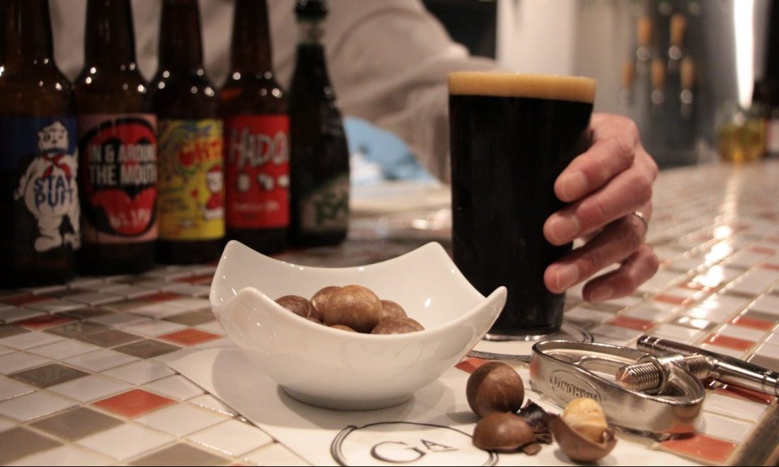 クラフトビールバーでマカダミアナッツをつまみに飲む優雅な時間